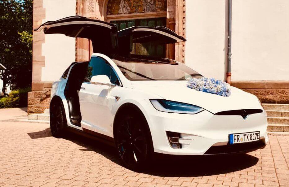 Tesla Model X 100D mieten in Freiburg als Hochzeitsauto vorne offen mit Schmuck