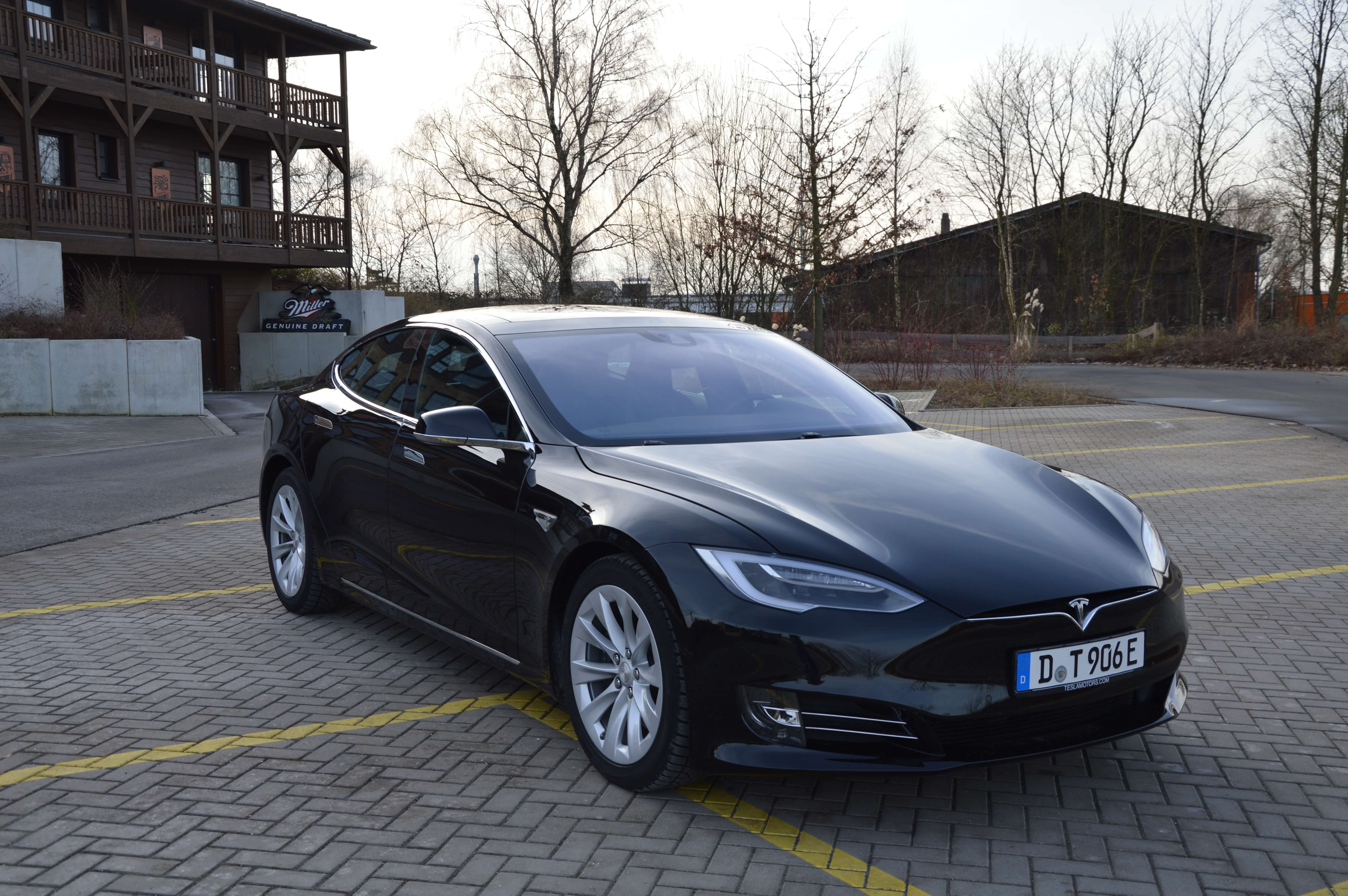 Tesla Model S 90D schwarz vorne