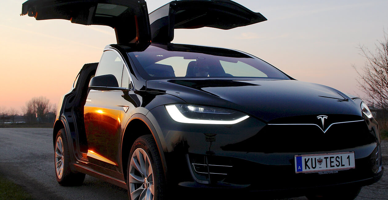 Tesla Model X mieten in Tirol sunset wingdoors