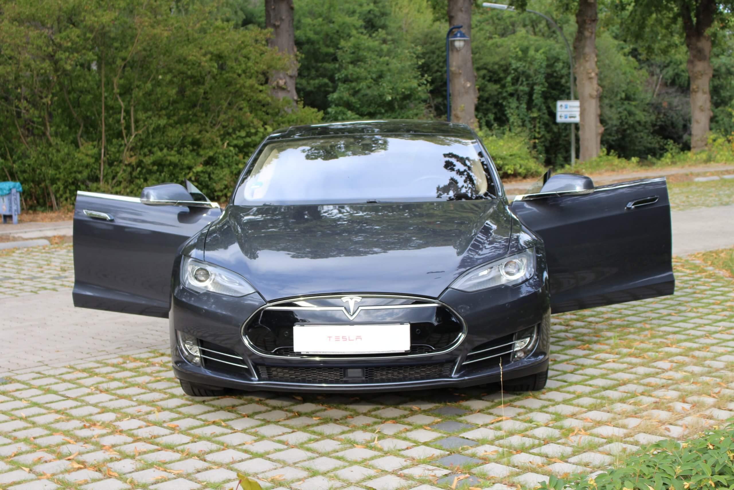 Tesla Model S mieten in Duisburg